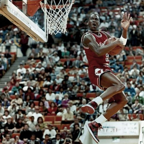 Michael Jordan avec ses Air Jordan 1 ''Bred'' lors du concours de dunk du All-Star Game en 1985