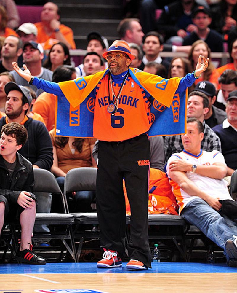 Spike Lee aux couleurs des Knicks de la tête aux pieds